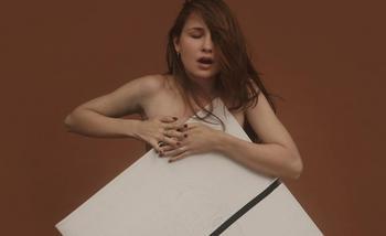 Картины от сердца: девушка из Беларуси рисует картины грудью, и даже сделала портрет Лукашенко