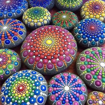 Рисунки на морских камнях
