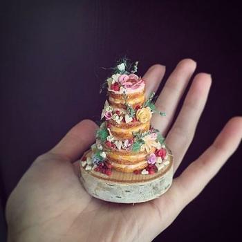 Художница создаёт крошечные торты, которые помещаются на ладони