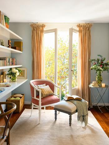 Теплая атмосфера в красивом интерьере испанской квартиры