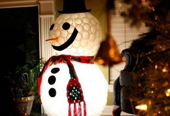 Мастерим снеговика из пластиковых стаканчиков