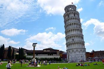 Пизанская башня: почему наклонена, но не падает?