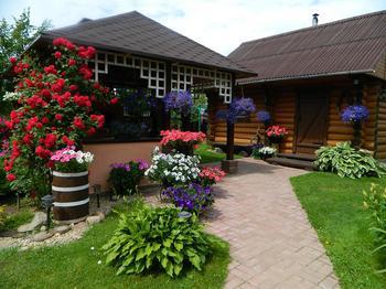 Дача: цветники, пруд, баня, беседка с барбекю и казаном