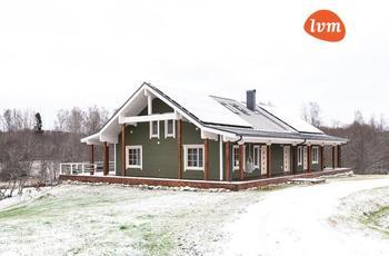 С шикарной террасой, душевный внутри. Деревянный дом, который построили в Эстонии