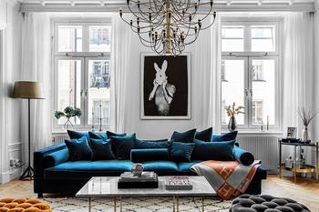 Синий бархатный диван и цветные спальни: современная квартира в Стокгольме