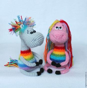 Вяжем крючком позитивный сувенир «Радужные лошадки»