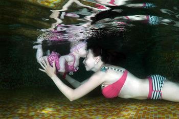 Счастливые дети под водой