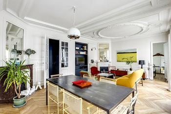 Классический декор, ретро мебель и минималистичный характер: квартира в Париже