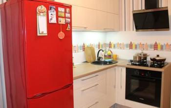 Кухня: рубиновый холодильник, винтажные стулья