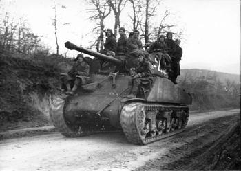 Архивные фотографии советских воинов на технике союзников