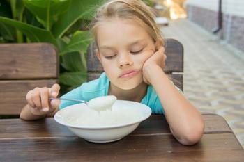Почему не нужно заставлять ребенка доедать всю еду на тарелке?