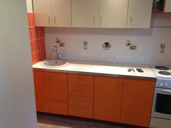 Дизайн прямой оранжево-бежевой кухни 9 кв.м. с выходом на балкон