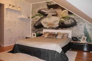 Спальня: газеты вместо обоев, краска с эффектом потеков вместо потолочного плинтуса