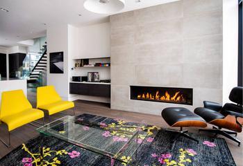 Интерьер современной квартиры с различными акцентами цветов