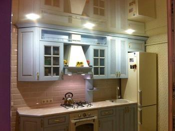 Кухня: французское окно, деревянная мебель