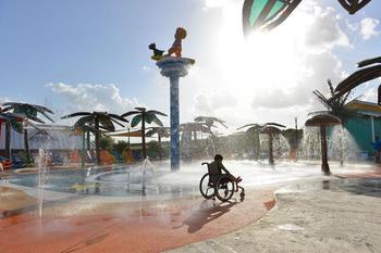 Первый в мире инклюзивный аквапарк: летние развлечения для всех