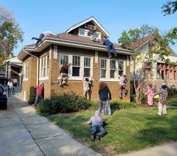 Декорации домов и дворов к Хэллоуину, от вида которых у соседей появляются мурашки по коже