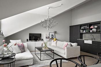 Мансардная квартира с темной кухней в Стокгольме (64 кв. м)