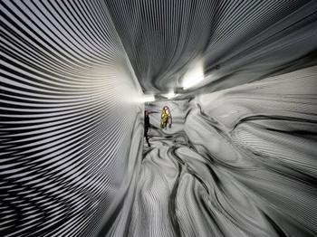 Художник превращает обычные помещения в гипнотические оптические иллюзии, всего лишь рисуя линии