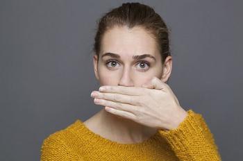 Запах изо рта — как избавиться? Причины и решения пикантной проблемы