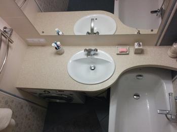 Ванная: не консервативная, но и не молодежная комната в стиле унисекс