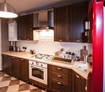 Угловая классическая кухня из дуба с красным холодильником