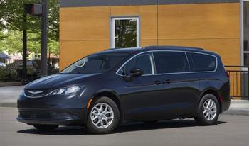 Chrysler Voyager 2022: полубюджетный вариант практичного семейного минивэна