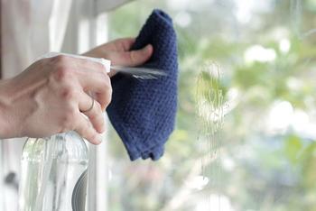 Почему от метода мыть окно газетой лучше отказаться и еще 6 полезных советов по уборке