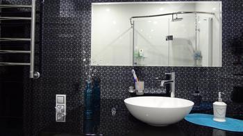 Ванная комната с глянцевым интерьером