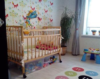 Детская: веселые лисички на стенах, тканевые дверцы на шкафах