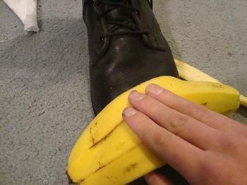 Колготки и банановая кожура вместе: трюк, который пригодится тем, кто ухаживает за обувью