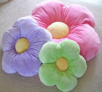 Объёмная и красивая подушка-цветок