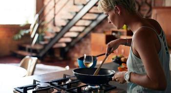 8 проверенных способов испортить антипригарное покрытие сковороды