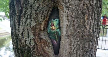 Маленький принц и Ежик в тумане: кто рисует сказочные картины на деревьях Москвы