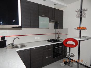 Кухня: серая и красная, с маленьким окном