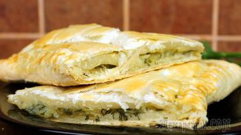 Пирог со слоёным тестом с картофельной начинкой.