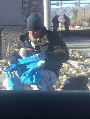 Бездомный мужчина спас собачку от гибели и получил взамен настоящий подарок судьбы