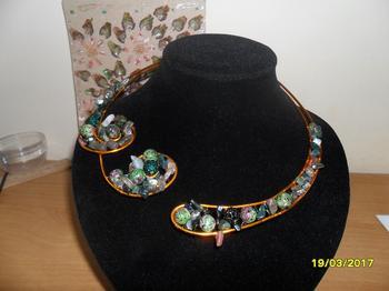 Ожерелье из натуральных камней в технике проволочного плетения.