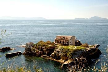 Легенды и мифы острова Гайола, о котором итальянцы и говорить боятся