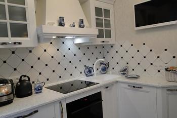 """Кухня: классическая мебель, посуда из Гжели, пол """"под камень"""""""