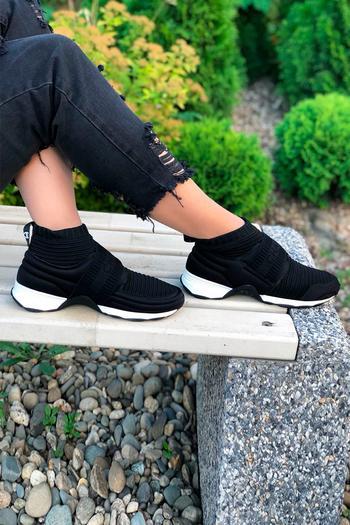 Как черные кроссовки способны украсить ваш повседневный стиль