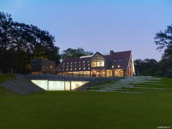 Мансардные окна и беленые полы: новая жизнь старого загородного дома