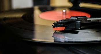 Пластинок скрип, царапанье иглы... Винил против CD-дисков: какой звук лучше?