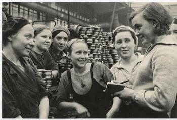 Советская заводская молодежь