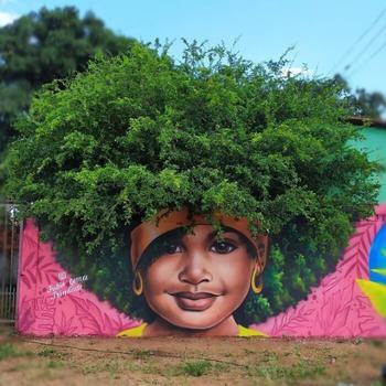 Бразильский уличный художник рисует женские портреты, используя деревья в качестве волос