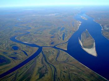 Где берет начало река Обь и куда она впадает?