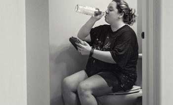 Никакого личного пространства, отдыха и сна: фотограф показала честные фотографии о том, каково быть матерью