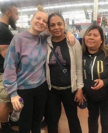 Известная певица инкогнито зашла в супермаркет и стала оплачивать покупки людей