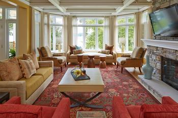 Смешанный стиль и спокойная цветовая гамма интерьера дома на берегу озера