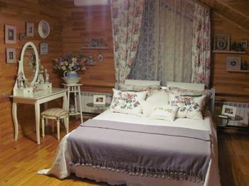 Спальня: будуар с национальным колоритом в мансарде